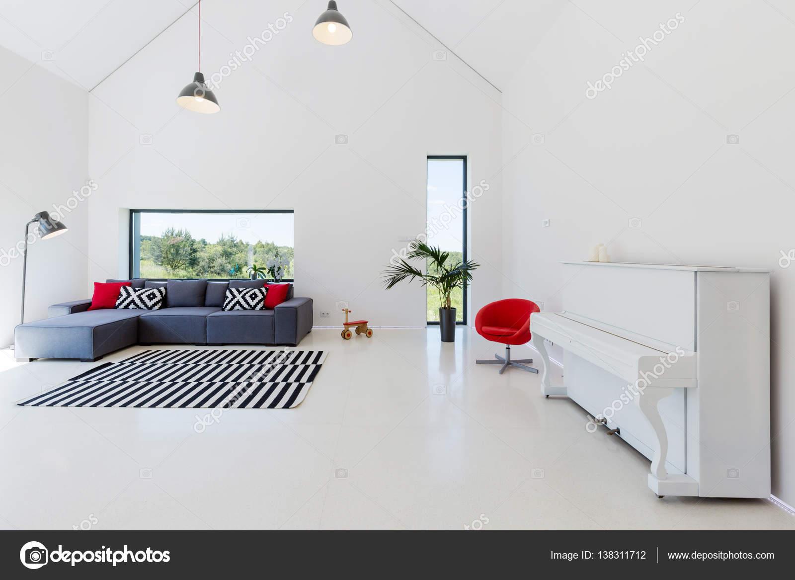 Grand Salon Ouvert Avec Grand Canapé, Tapis Motif, Piano Blanc Et Lampes De Style  Industriel U2014 Image De ...