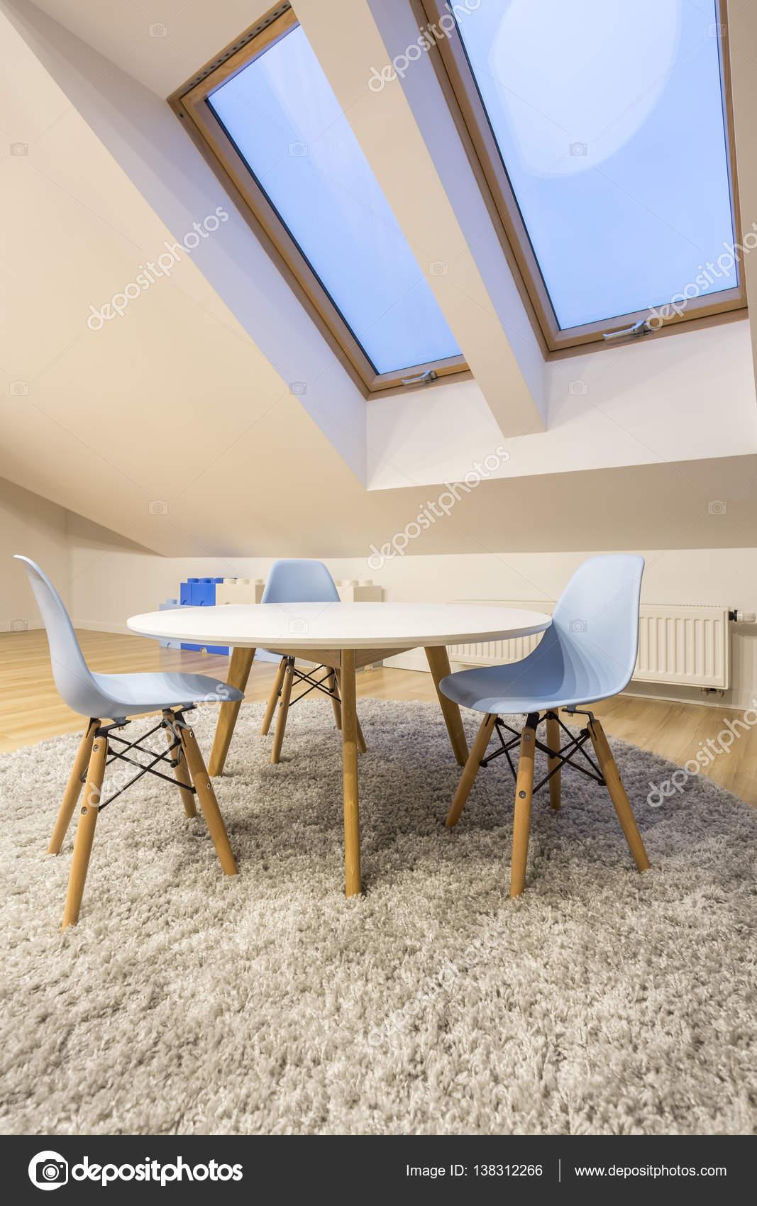Tisch Im Zimmer Unter Dem Dach Stockfoto C Photographee Eu 138312266