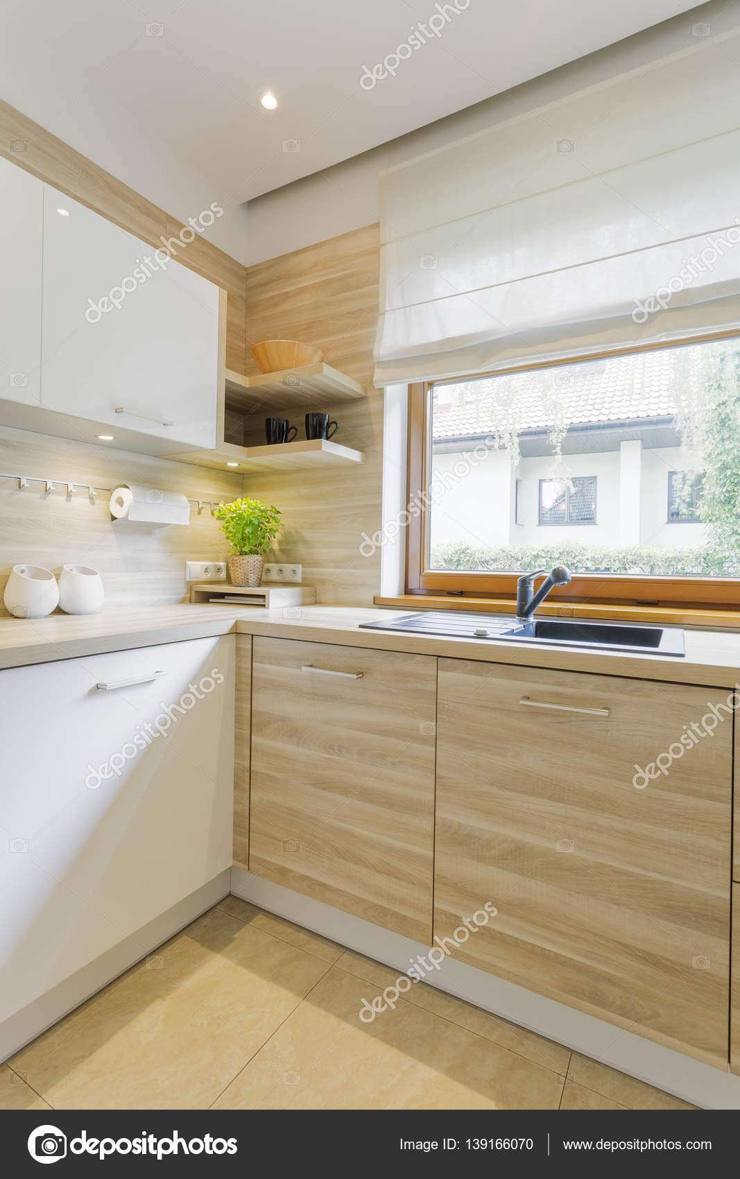 Weiß und Holz Küche mit Schränken — Stockfoto © photographee.eu ...