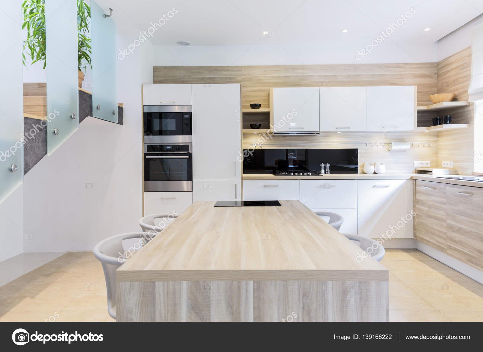 Equipado Com Cozinha Em Cores Claras Fotografias De Stock