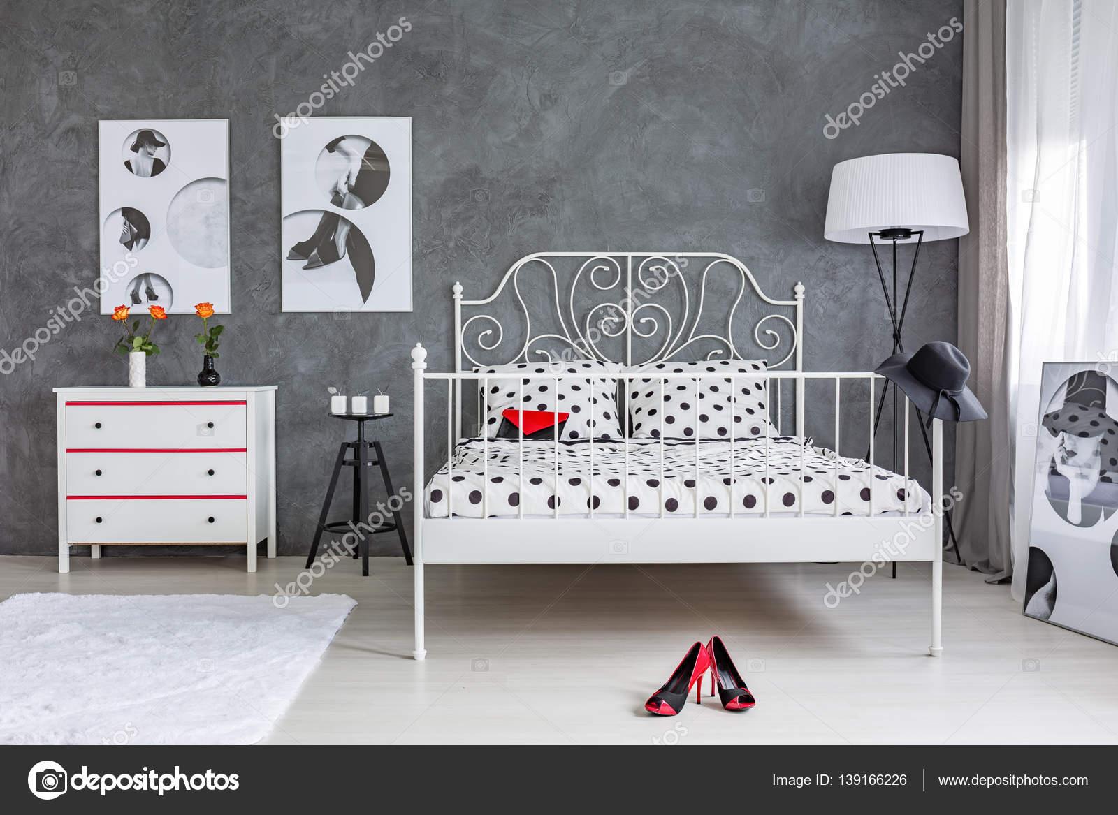 Graue und weiße Schlafzimmer — Stockfoto © photographee.eu #139166226