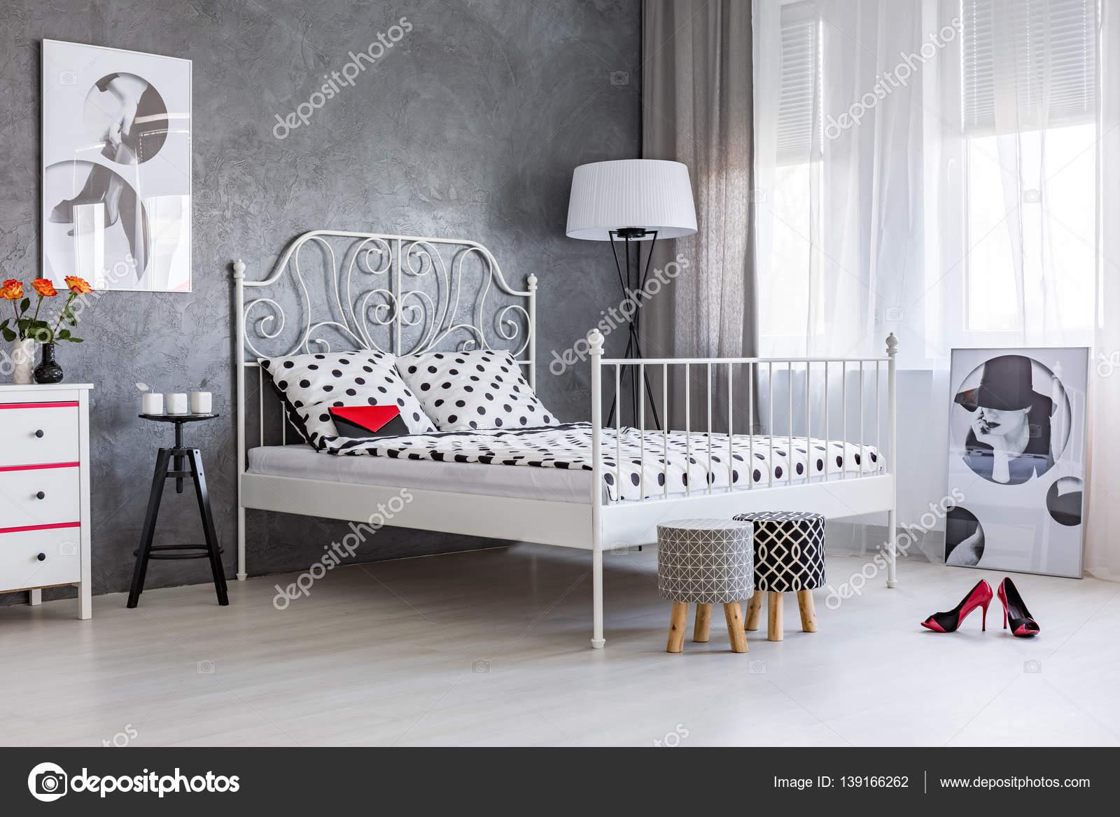 Feminine Accessoires im Schlafzimmer der Frau — Stockfoto ...