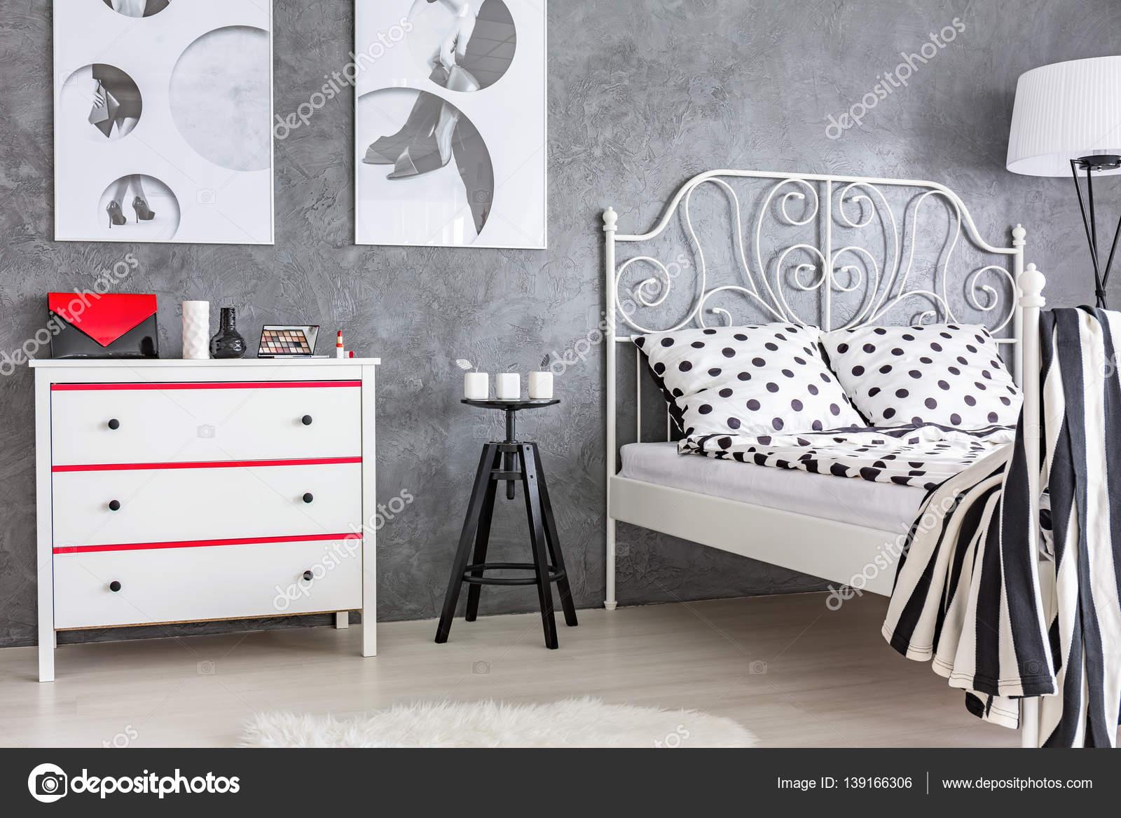 Chambre grise, rouge et blanche — Photographie photographee.eu ...
