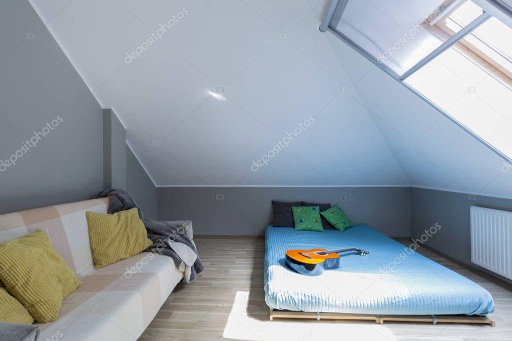 Mansarda camera da letto minimalista con materasso foto for Letto minimalista