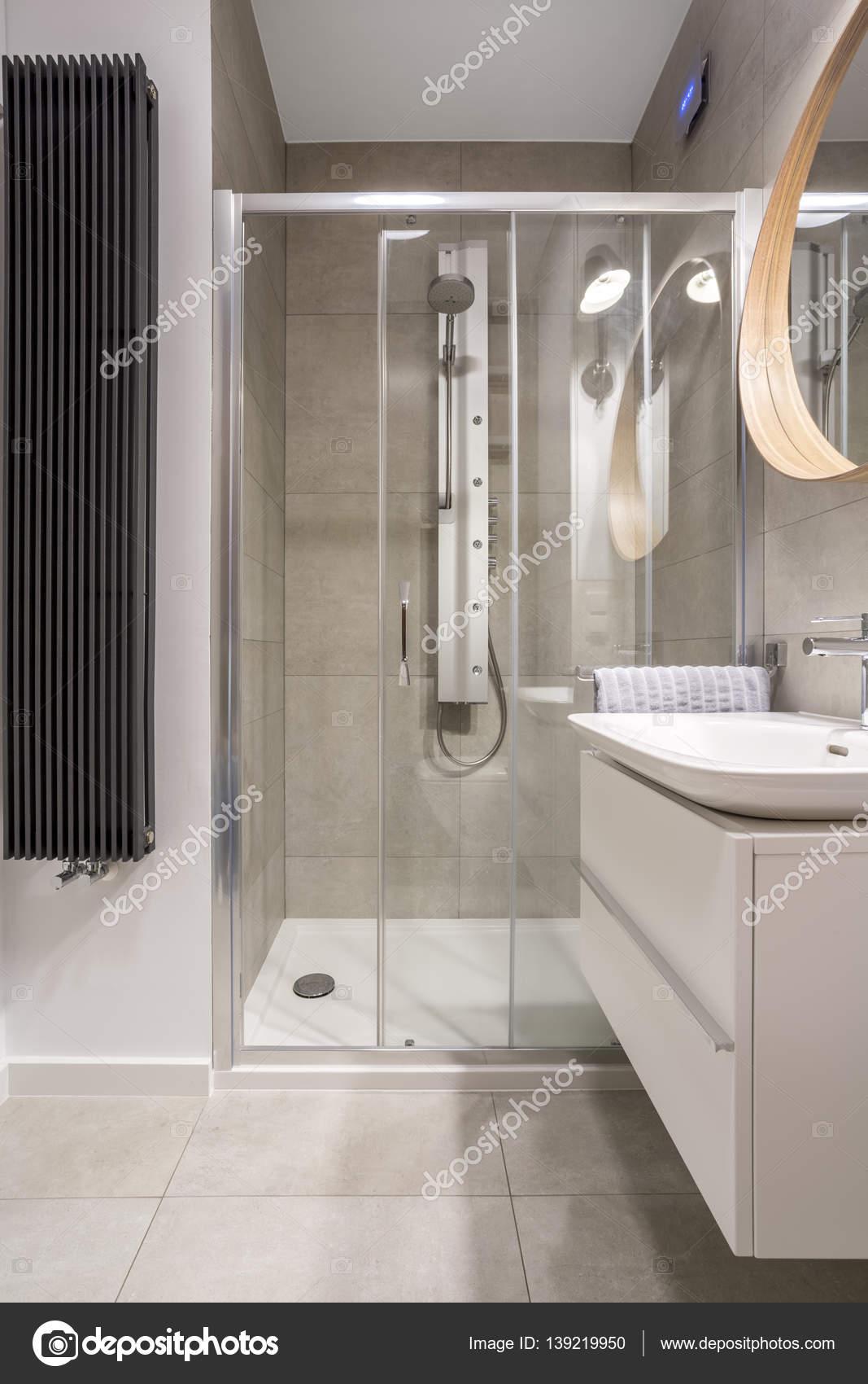 Badezimmer mit ebenerdiger Dusche — Stockfoto © photographee ...