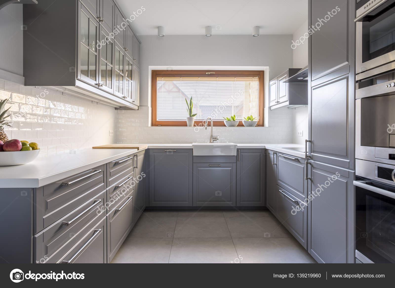 Spaziosa cucina con finestra — Foto Stock © photographee.eu #139219960