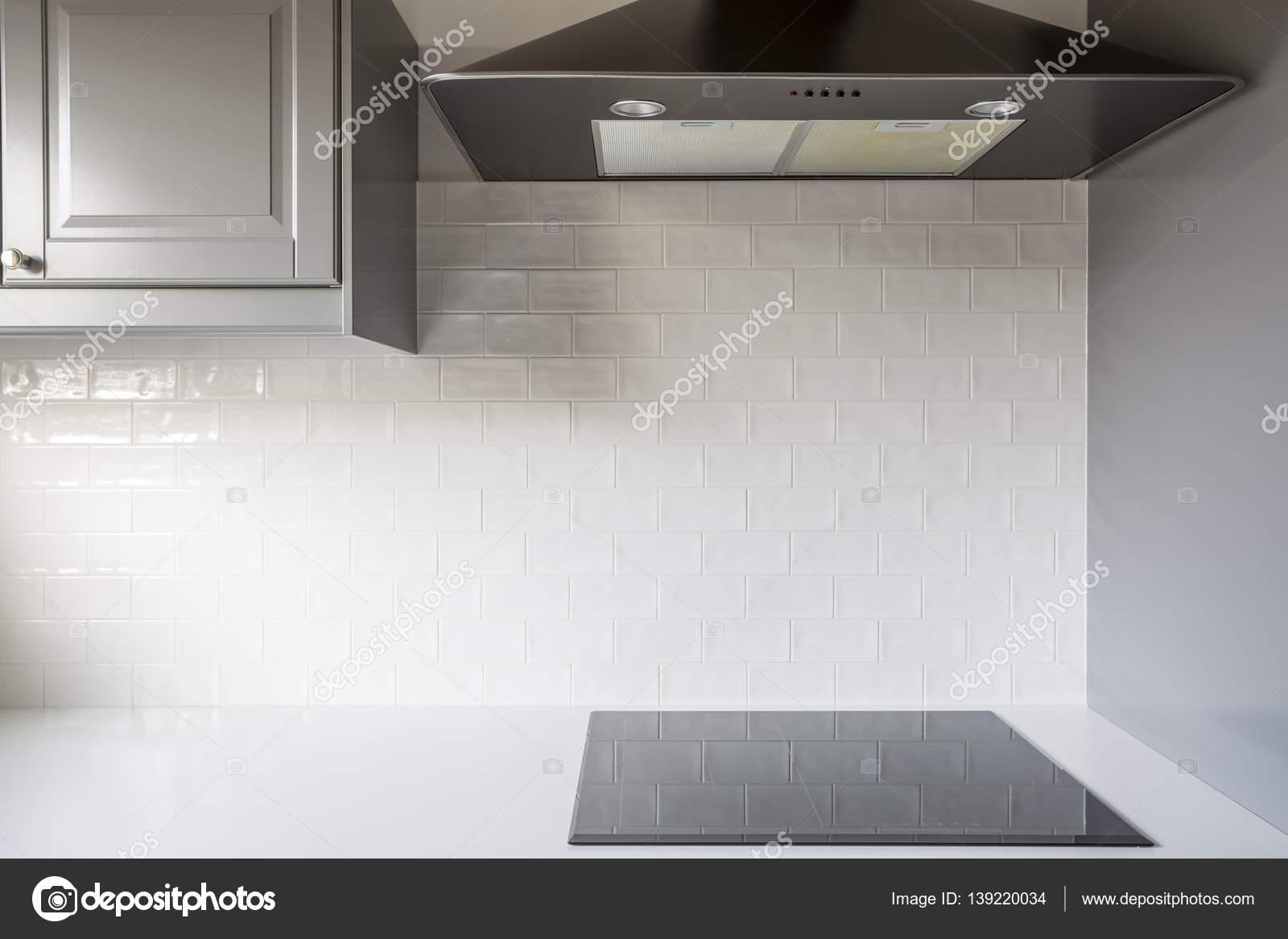 Tegels Keuken Witte : Keuken met witte bakstenen tegels u2014 stockfoto © photographee.eu