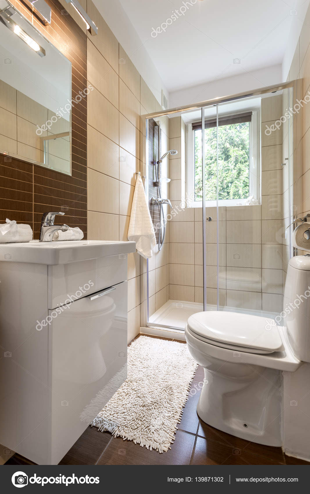 Interior del pequeño cuarto de baño con ducha acristalada — Foto de ...