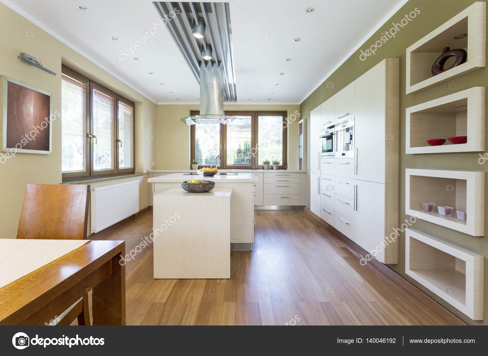 Amplia Cocina Con Muebles Blancos Foto De Stock Photographee  # Muebles Blancos