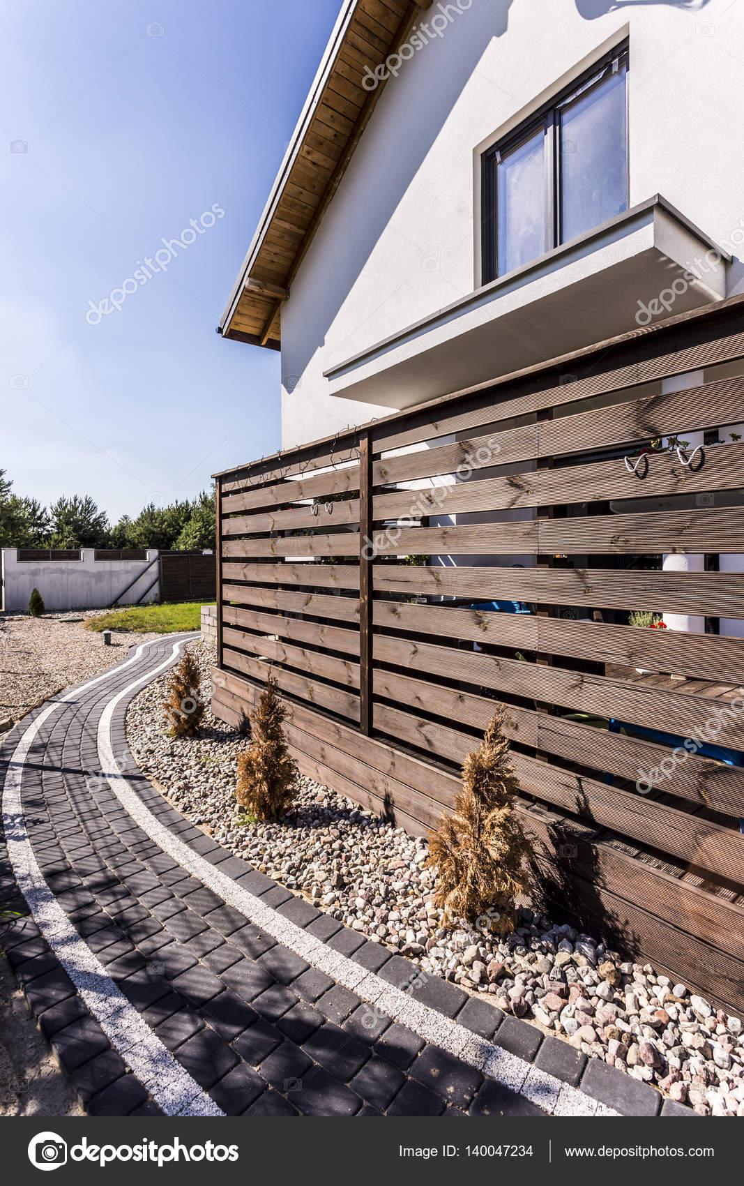 Extérieur de la maison avec une tonnelle en bois — Photographie ...