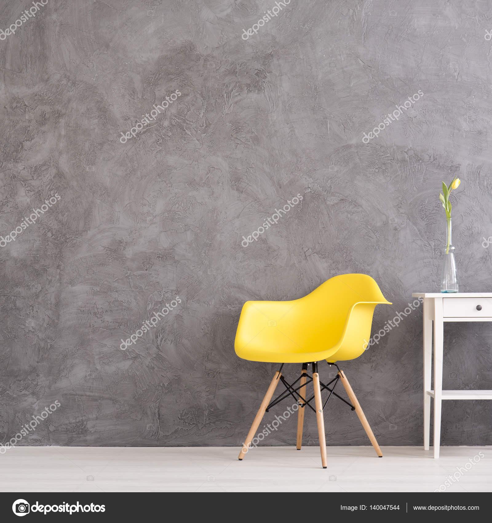 Gelber Stuhl In Grau Wandinnenseite Stockfoto Photographeeeu