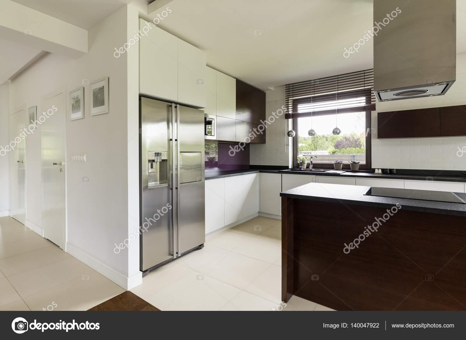 Ruime keuken in modern huis u2014 stockfoto © photographee.eu #140047922