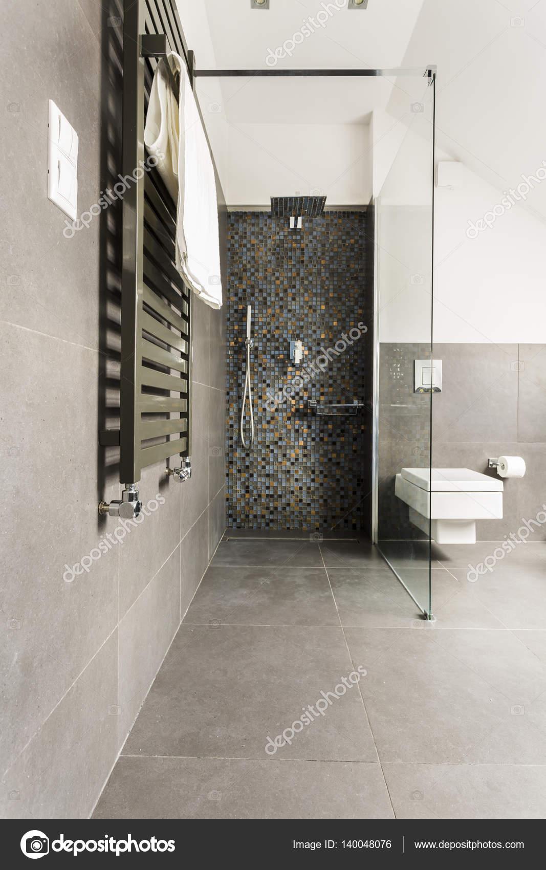 Graue Badezimmer Mit Glänzenden Fliesen Stockfoto Photographee - Fliesen grau glänzend