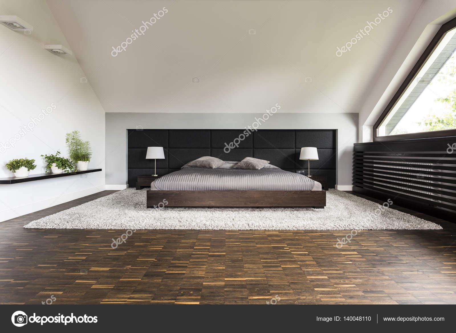 Groot bed in een slaapkamer — Stockfoto © photographee.eu #140048110