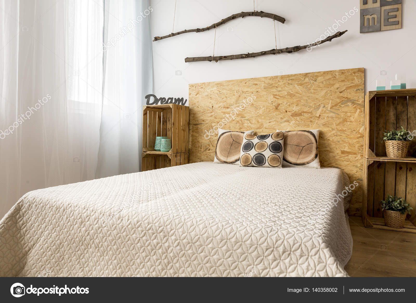 Camera da letto beige con decorazioni in legno — Foto Stock ...