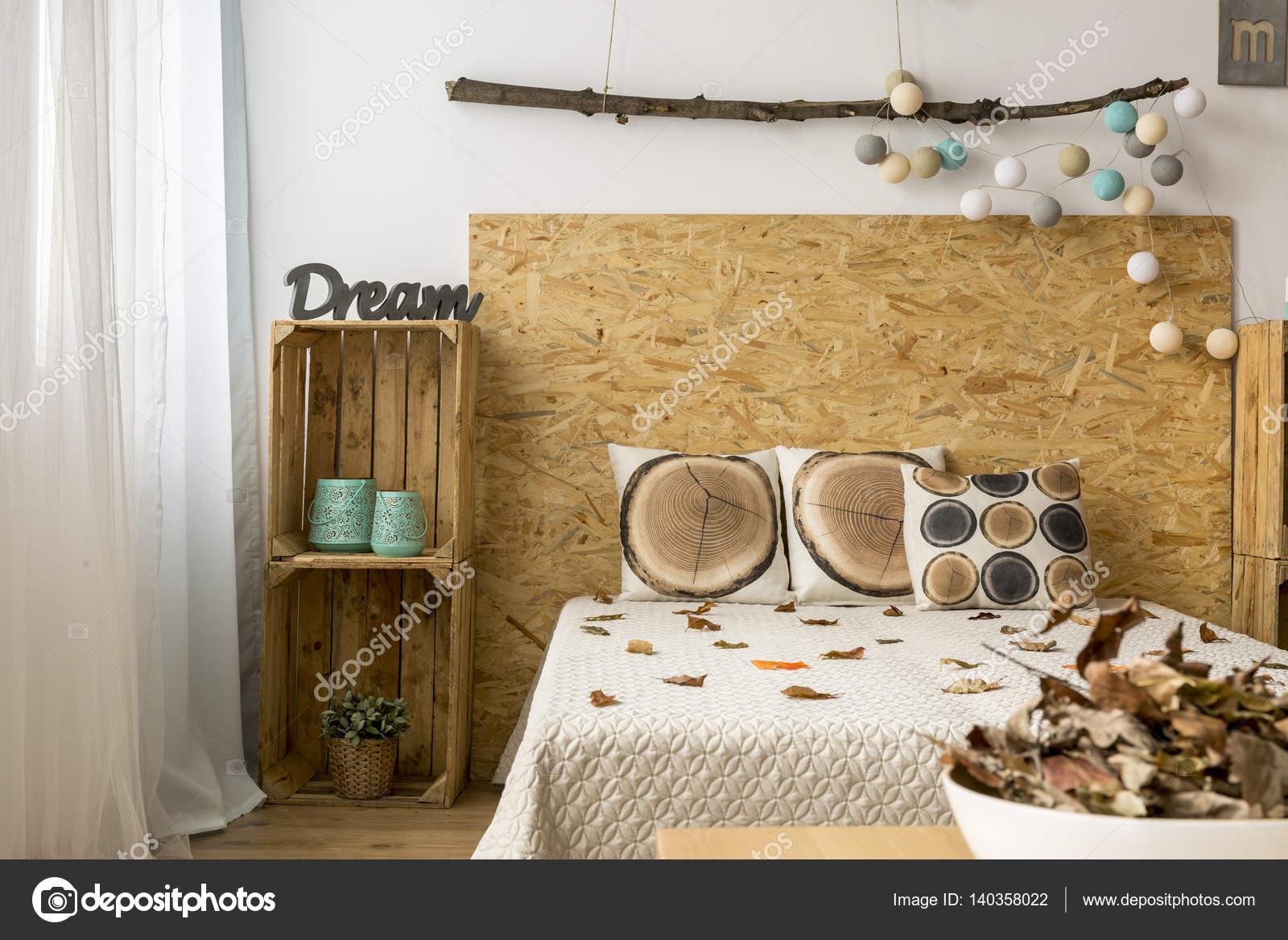 Gemütliches Schlafzimmer mit DIY-Möbel — Stockfoto © photographee.eu ...