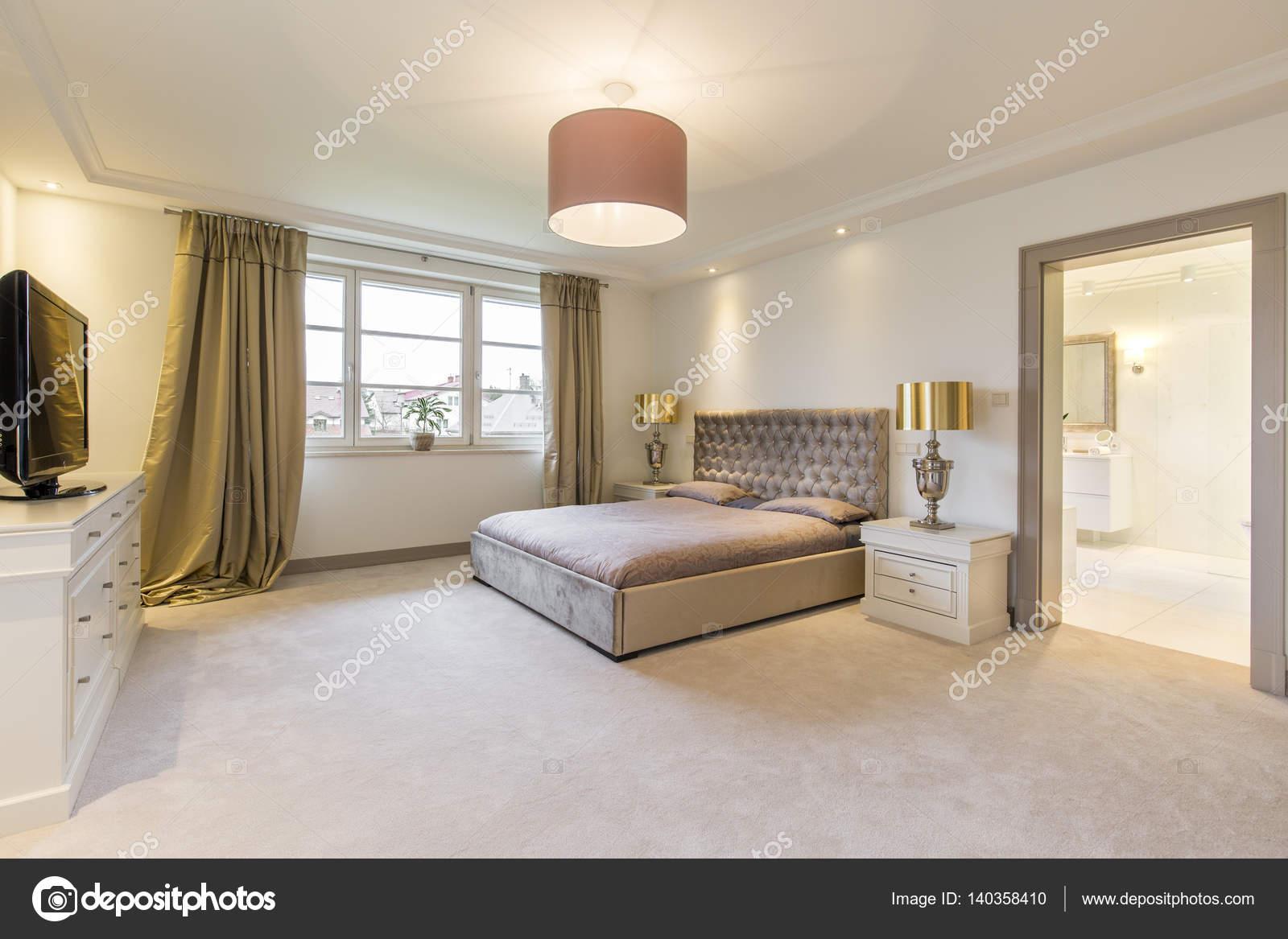 Camera da letto beige con un grande letto — Foto Stock ...