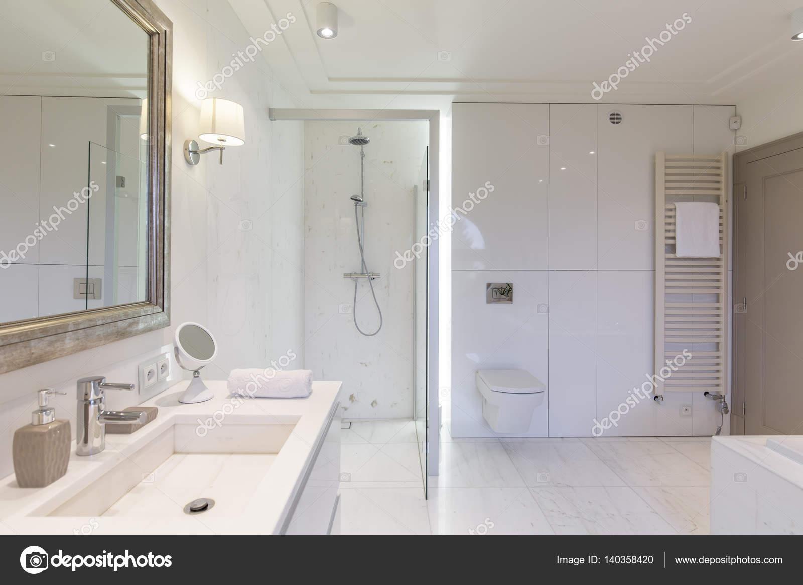 moderne badkamer met glazen douchecabine — Stockfoto © photographee ...