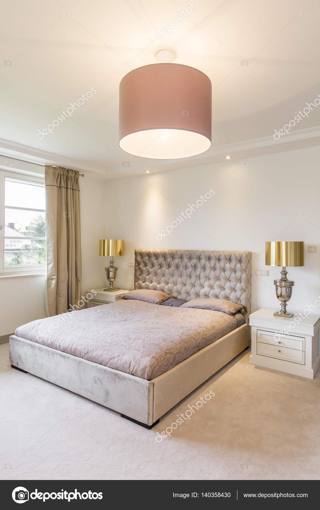 gezellige slaapkamer met gouden faciliteiten stockfoto