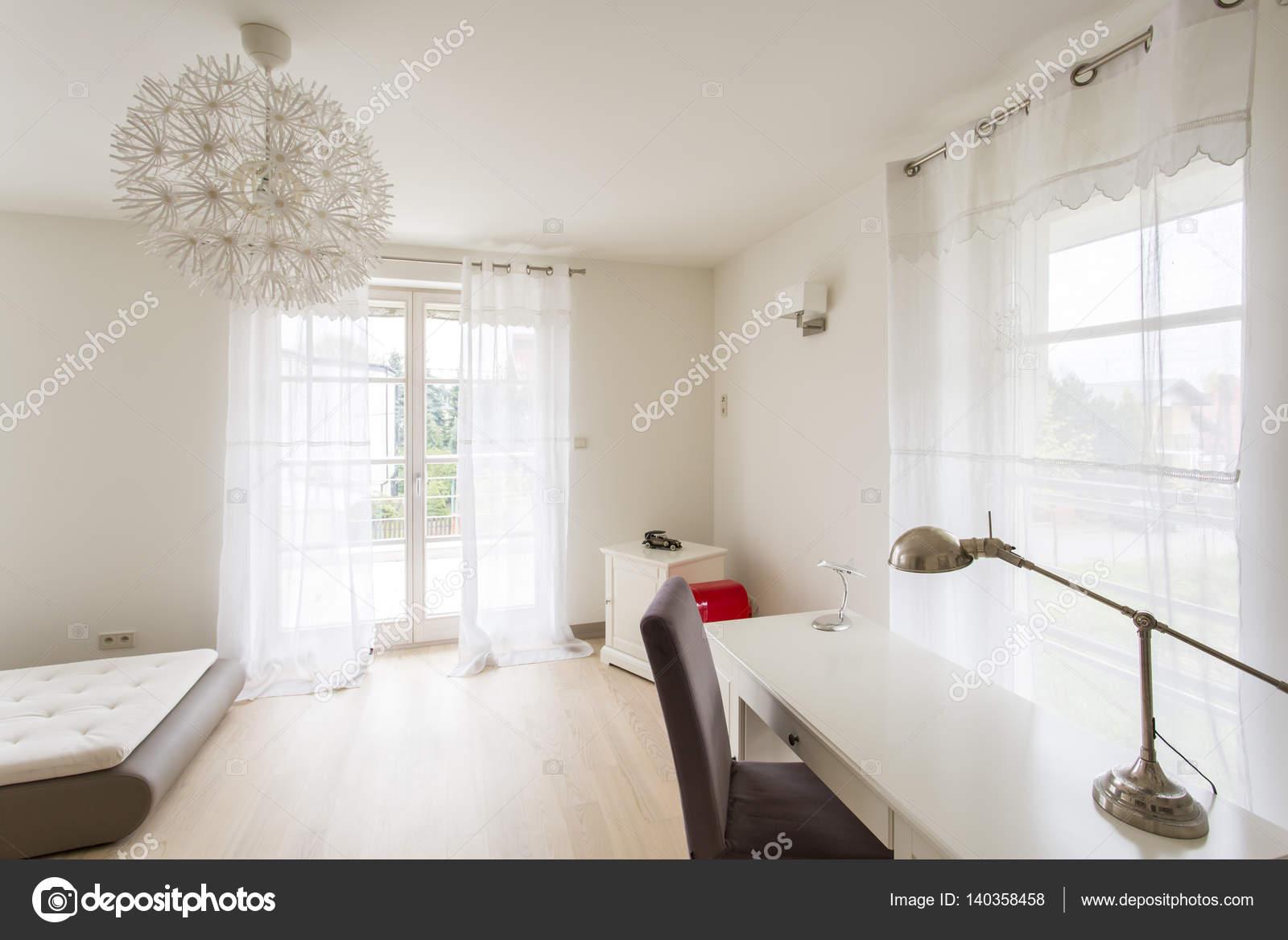 Modernes Interieur mit Sofa und Schreibtisch — Stockfoto ...