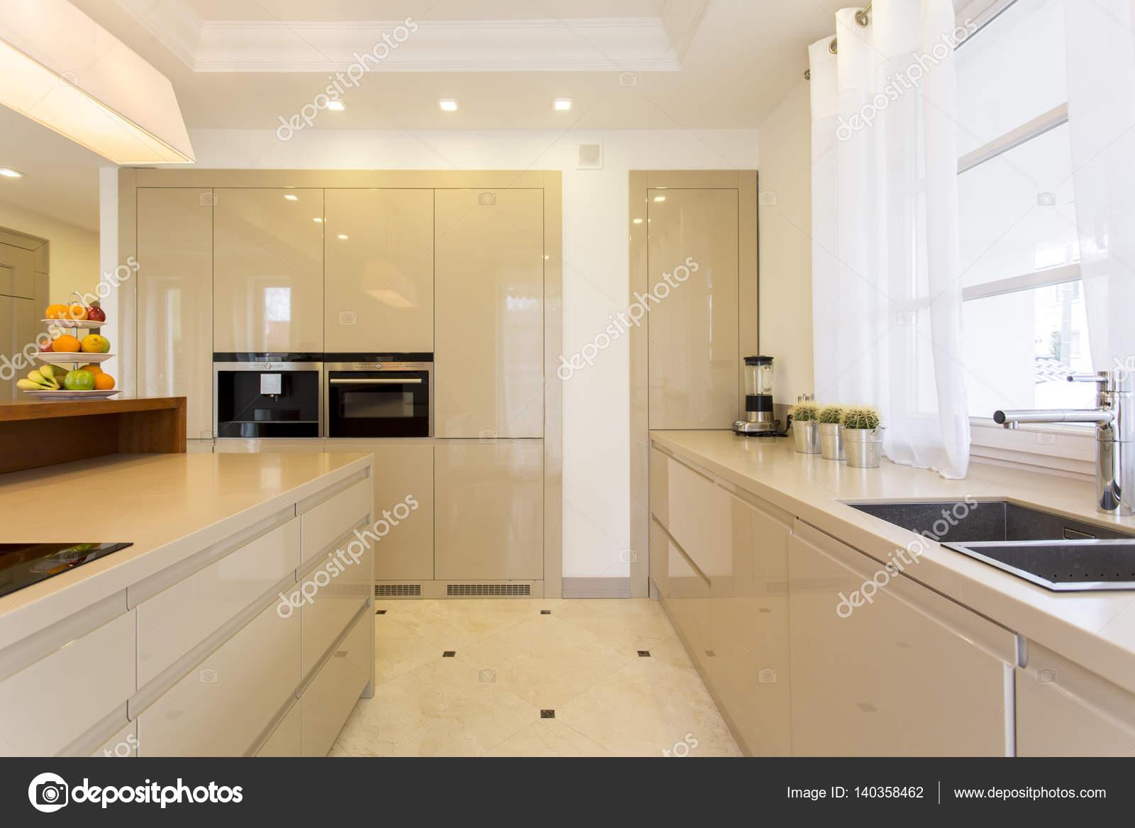 Helle Küche | Geraumige Helle Kuche Mit Eingebauten Schranken Stockfoto