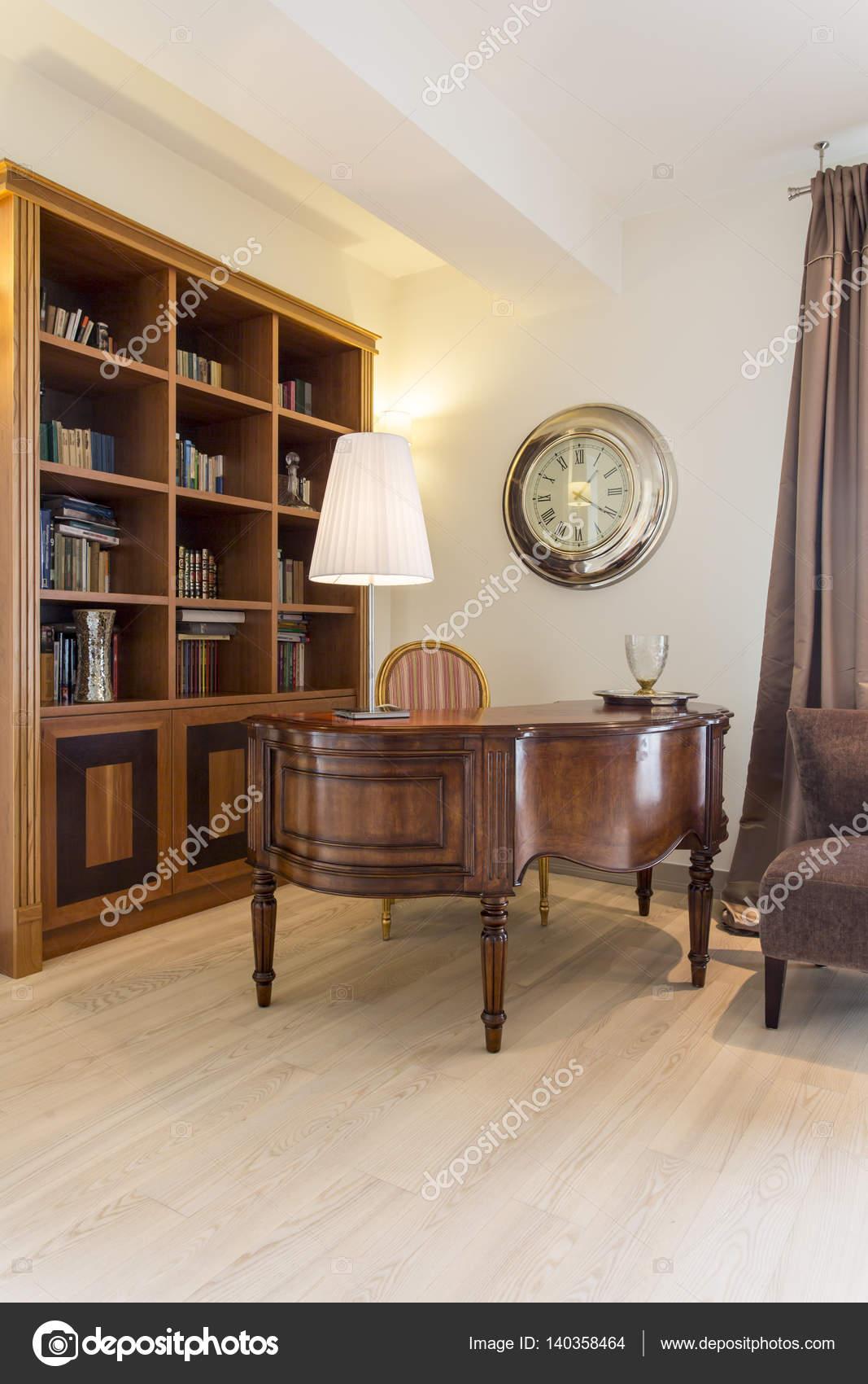Interni classici con antichi e libreria foto stock 140358464 - Interni classici ...