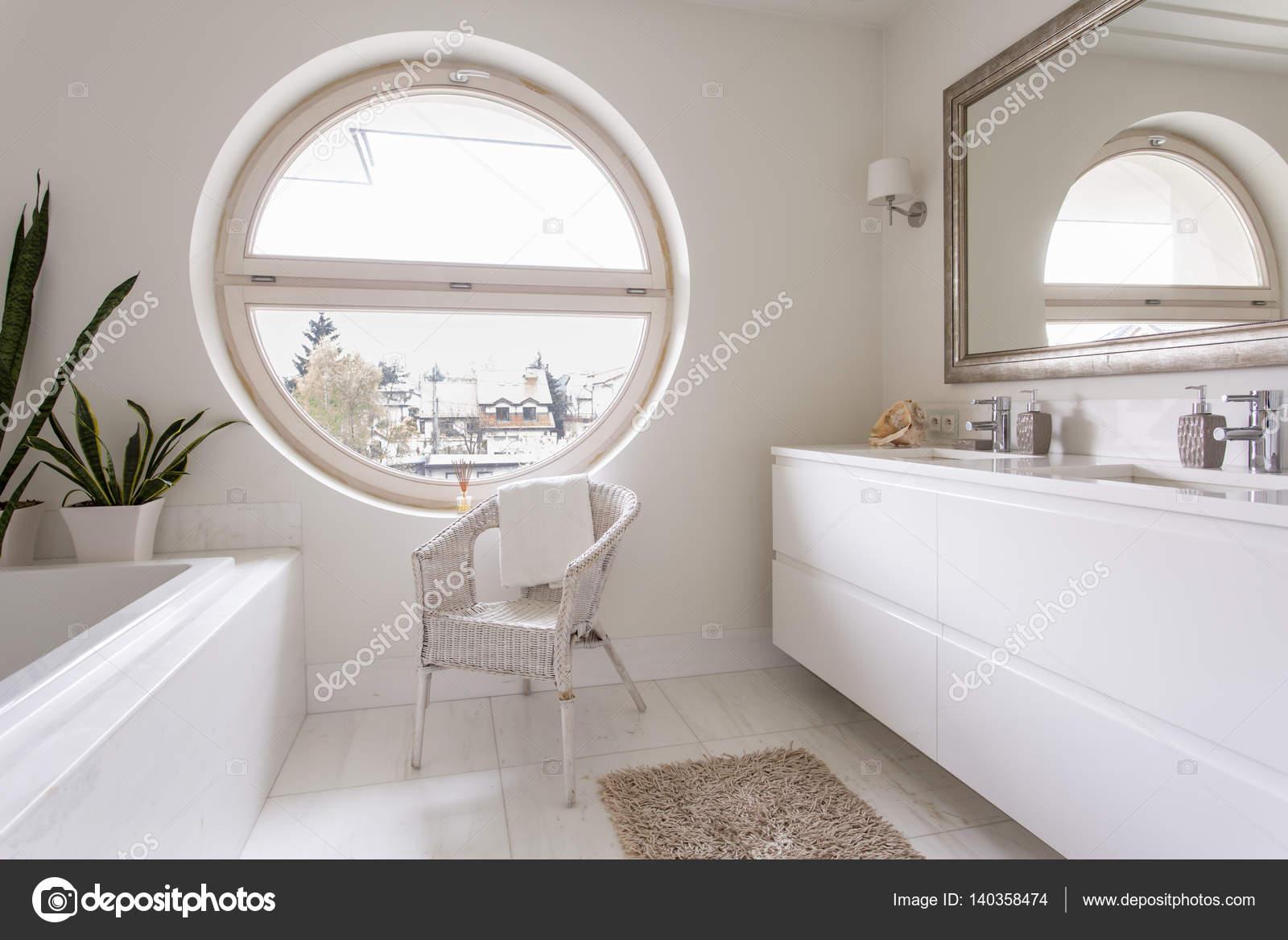 Salle de bain blanc avec grande fenêtre ronde — Photographie ...