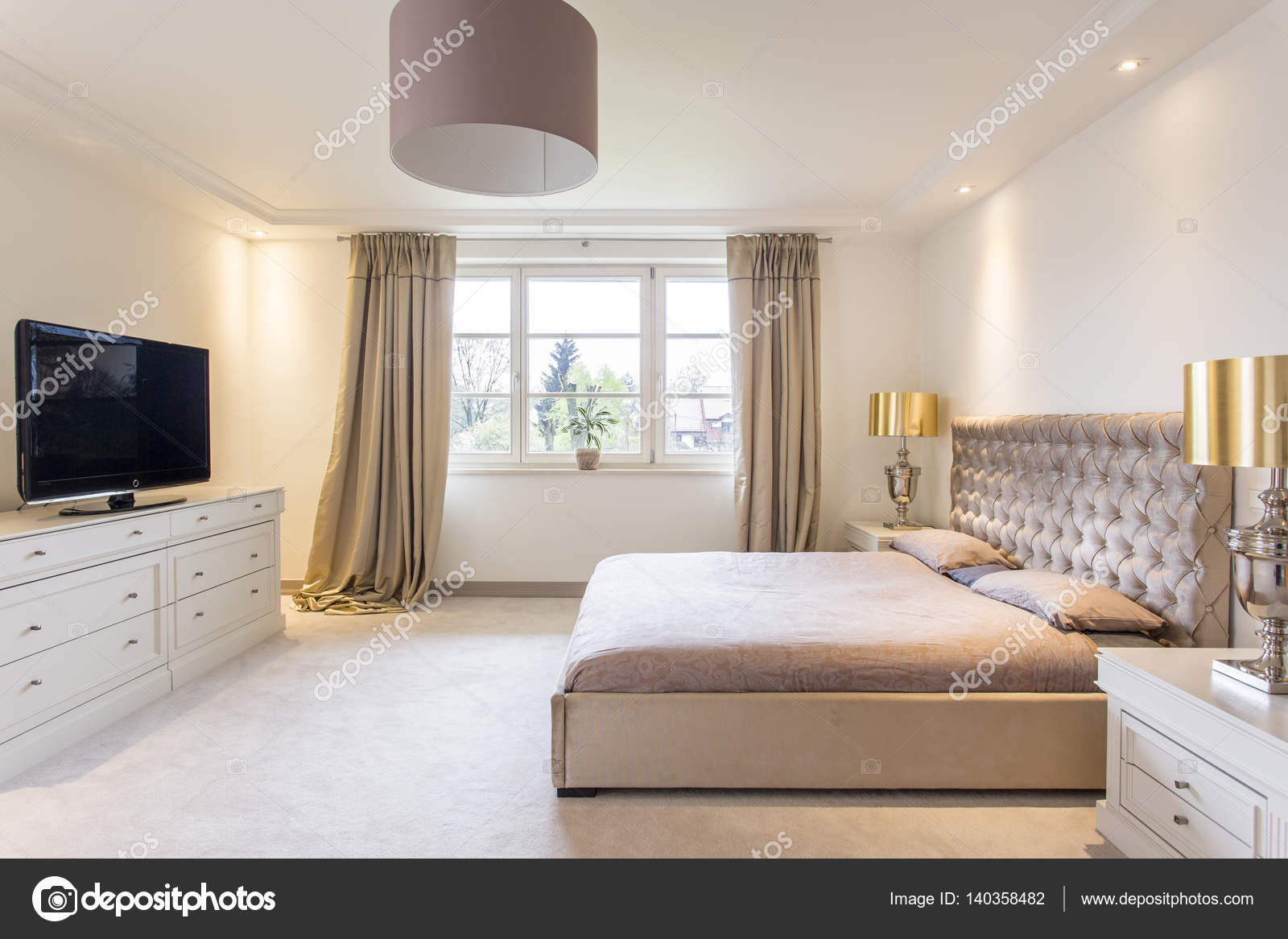 Przestronna Sypialnia Z Dużym łóżkiem Zdjęcie Stockowe
