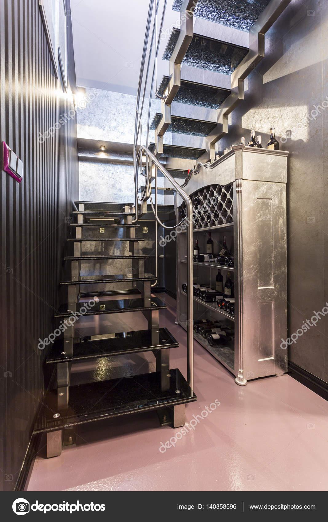 escaleras metlicas en gris metlico pasillo u foto de stock