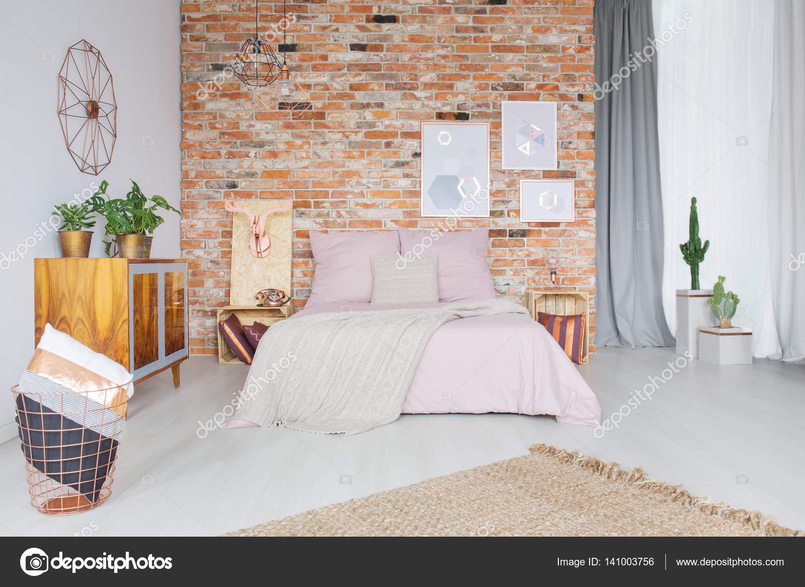 slaapkamer met koperen accessoires stockfoto