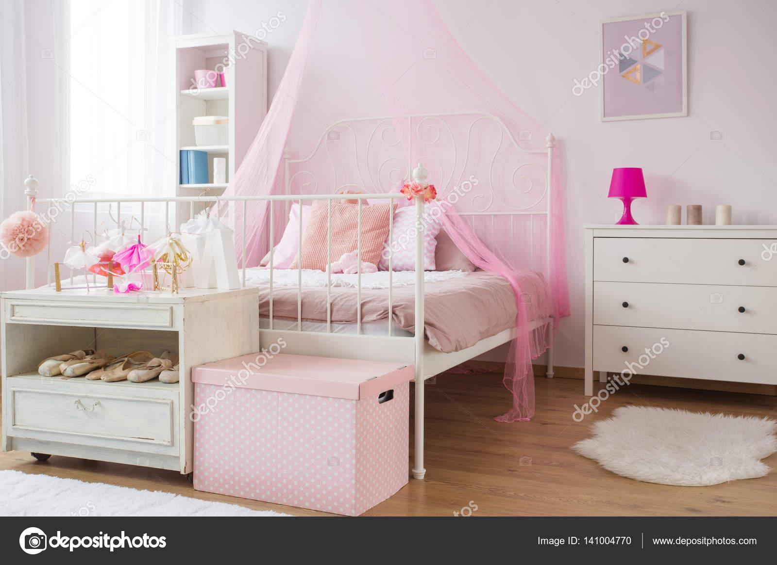 Rosa Und Weiße Prinzessin Schlafzimmer Mit Bett Und Kommode U2014 Foto Von  Photographee.eu