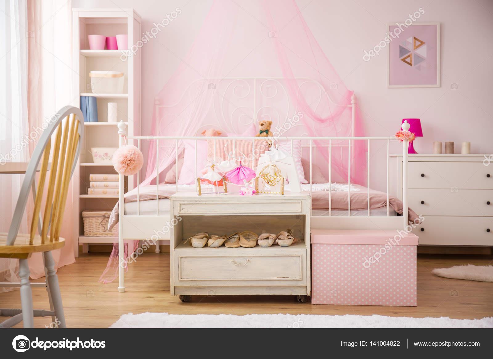 Camera da letto con letto a baldacchino rosa — Foto Stock ...