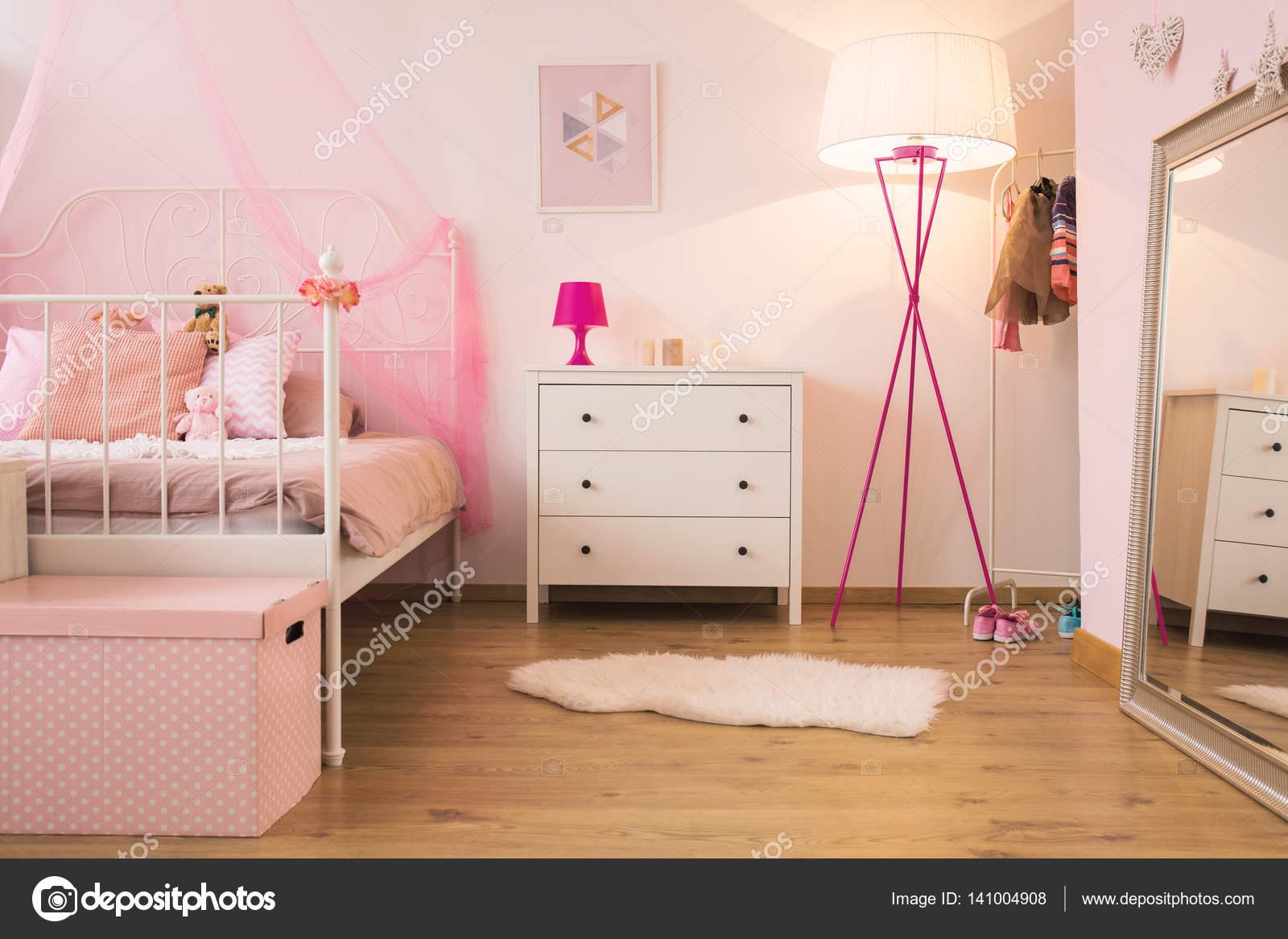 Roze Slaapkamer Lamp : Roze kind slaapkamer met lamp u stockfoto photographee eu