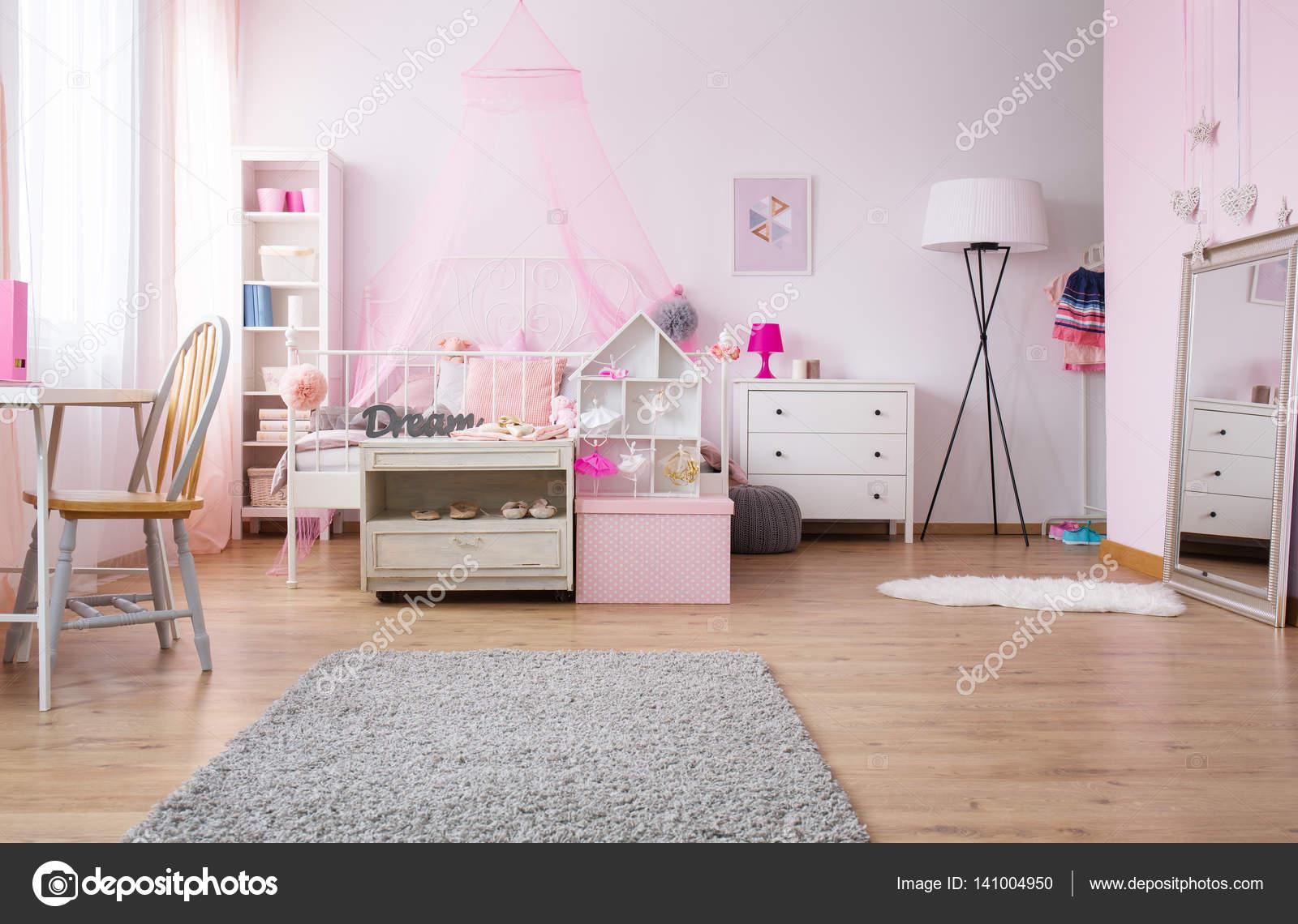 Camera da letto spaziosa ragazza in rosa u2014 foto stock © photographee