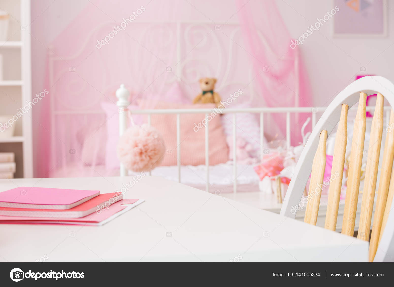 Chambre de jeune fille brillante avec bureau u2014 photographie
