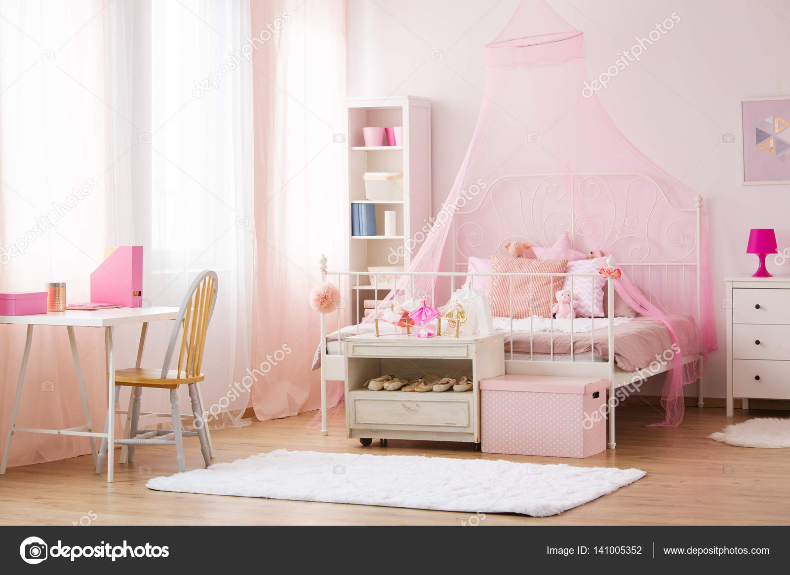 Meisje slaapkamer met hemelbed u stockfoto photographee eu