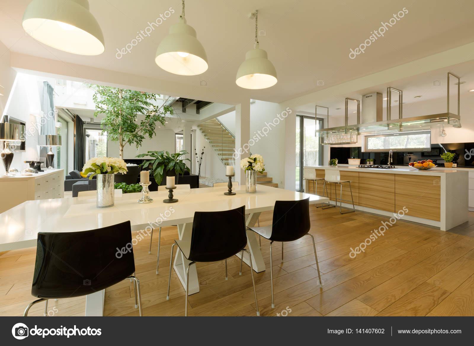 Sala da pranzo con tavolo bianco e sedie nere — Foto Stock ...