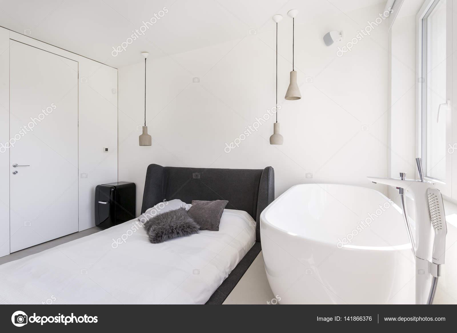 Ascetica camera da letto con vasca da bagno ovale — Foto Stock ...
