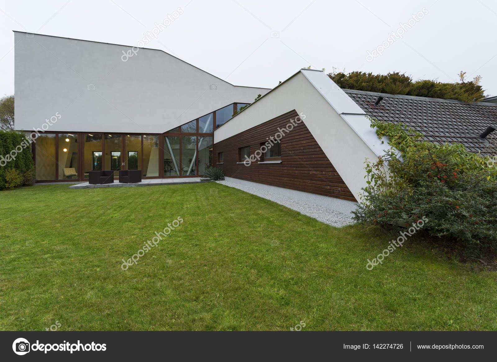 Buitenkant van de futuristische villa met tuin u stockfoto