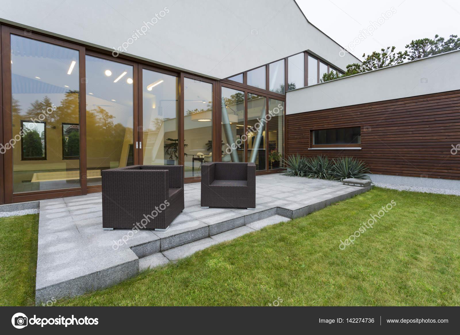 Modern herenhuis met terras u stockfoto photographee eu
