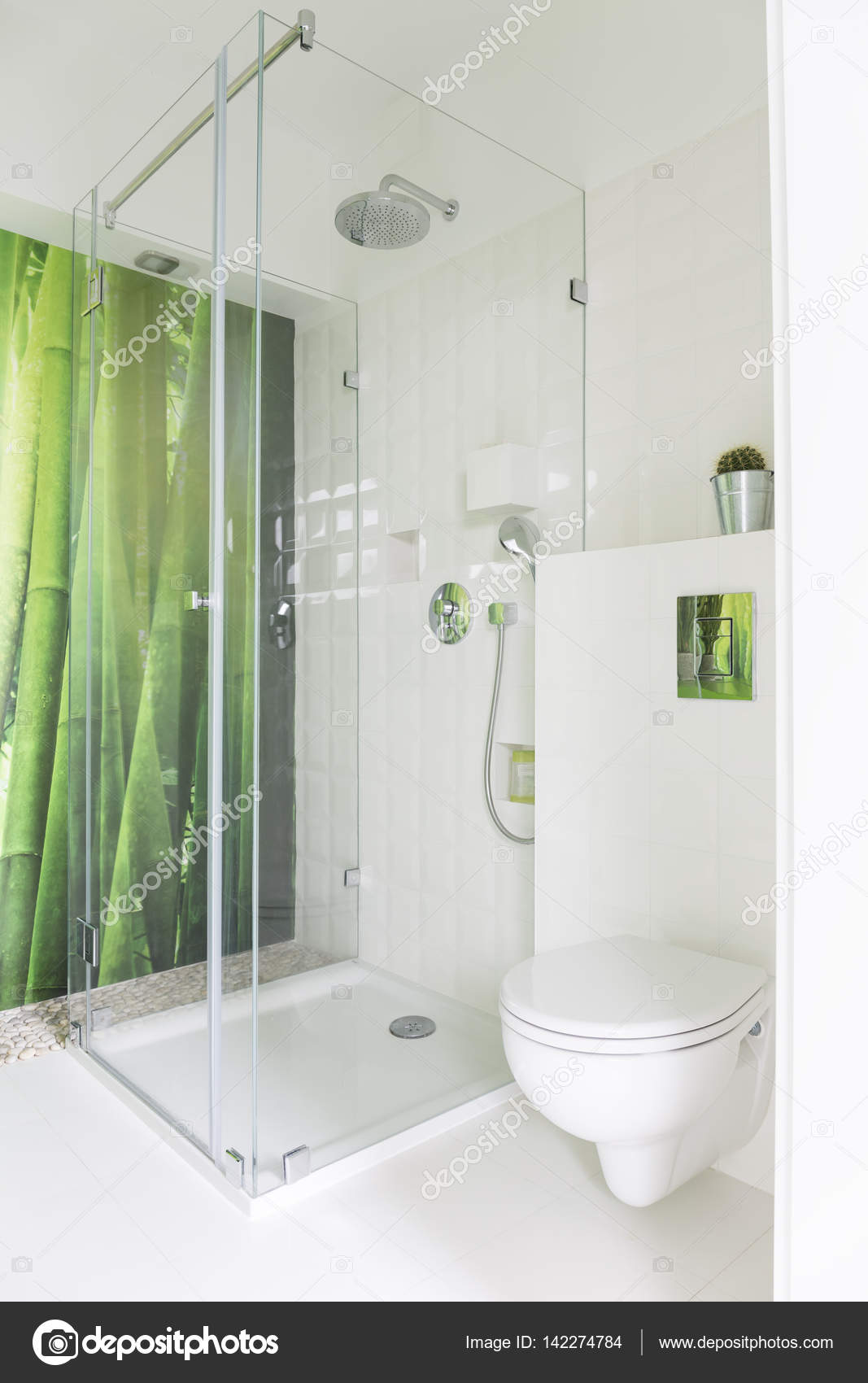Bagno bianco con carta da parati di bambù — Foto Stock ...