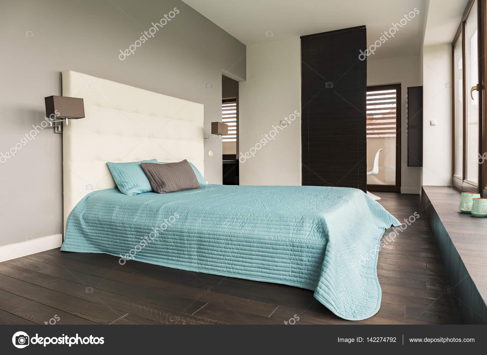 Grijze slaapkamer met gestoffeerde bed — Stockfoto © photographee.eu ...