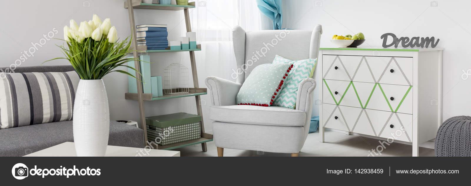 comfortabele fauteuil in een gezellige woonkamer met lichte kleuren foto van photographeeeu