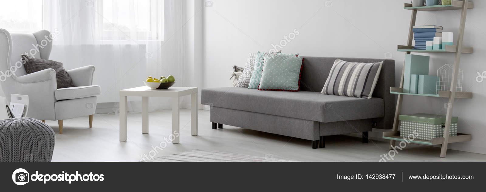 Soggiorno con mobili bianchi e grigi — Foto Stock © photographee.eu ...