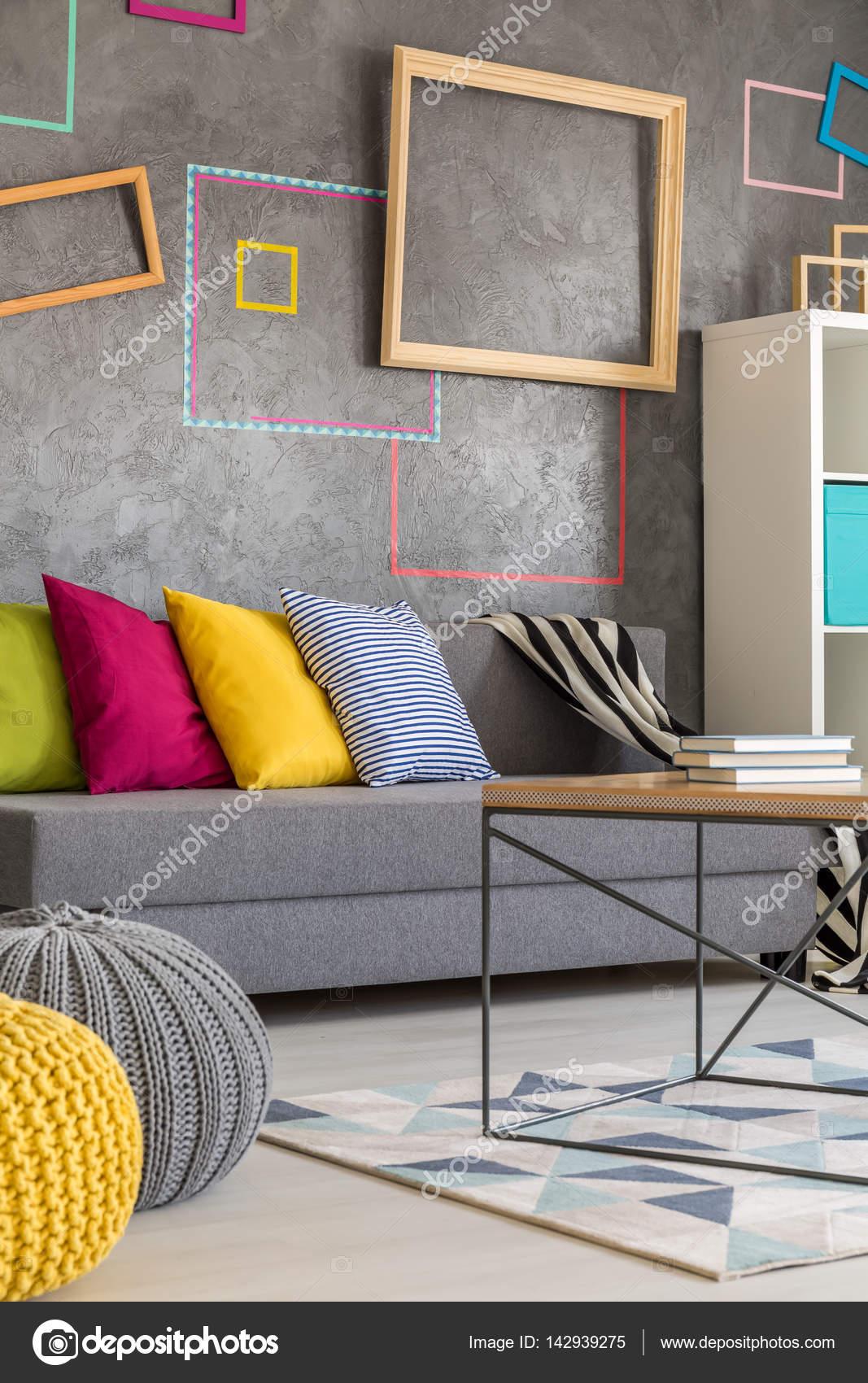 Woonkamer met gekleurde frames — Stockfoto © photographee.eu #142939275