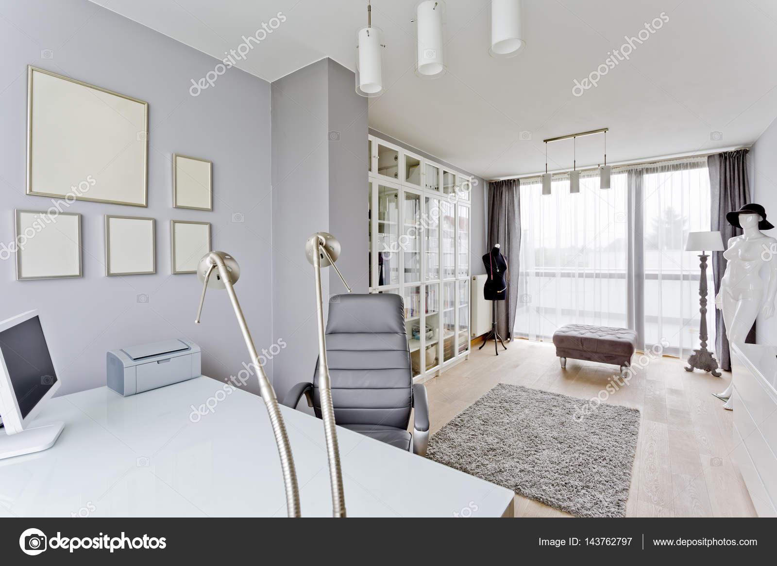 Kamer met minimalistische bureau en fauteuil u stockfoto