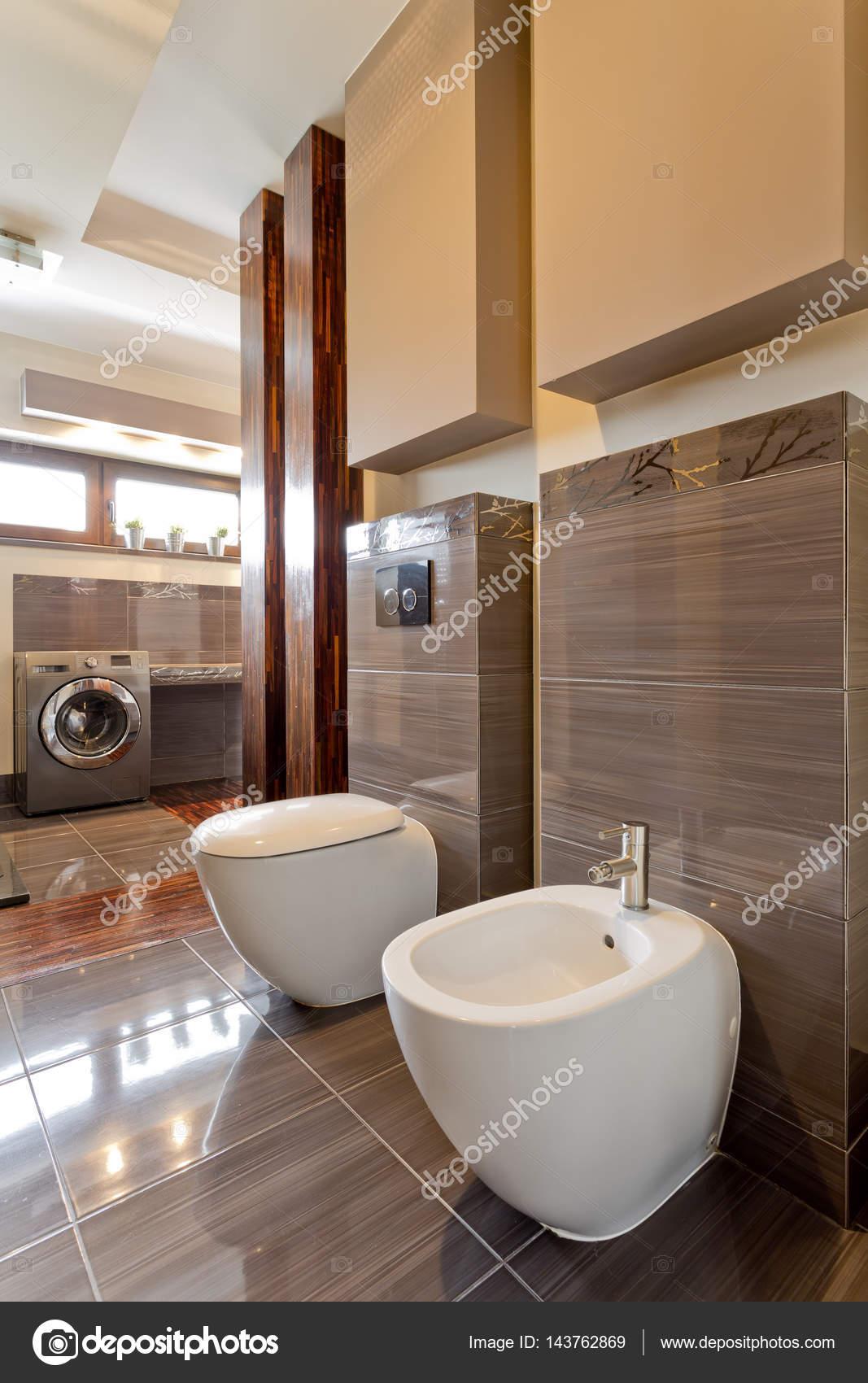 Barna tágas fürdőszoba WC-vel — Stock Fotó © photographee.eu ...