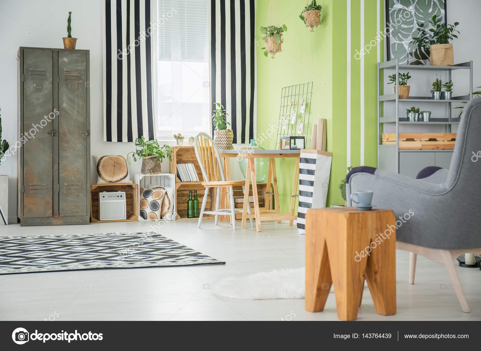 Licht appartement met oude kledingkast u stockfoto photographee