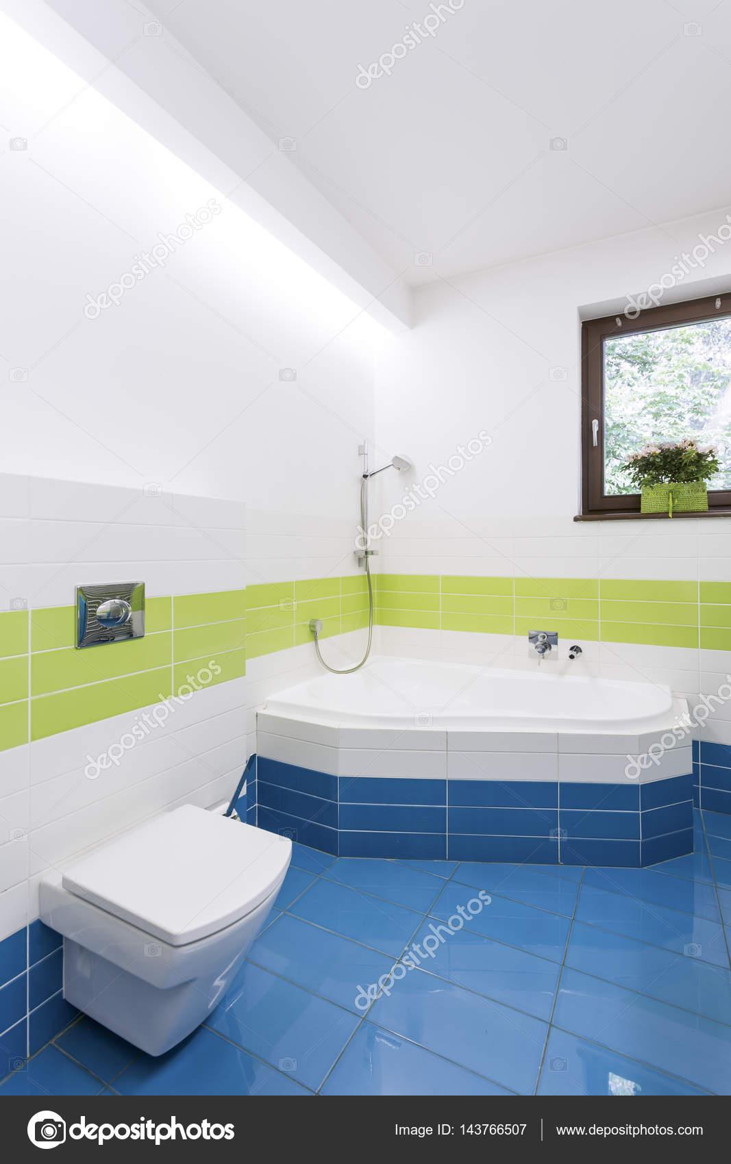 Modernes Badezimmer mit Eckbadewanne — Stockfoto ...