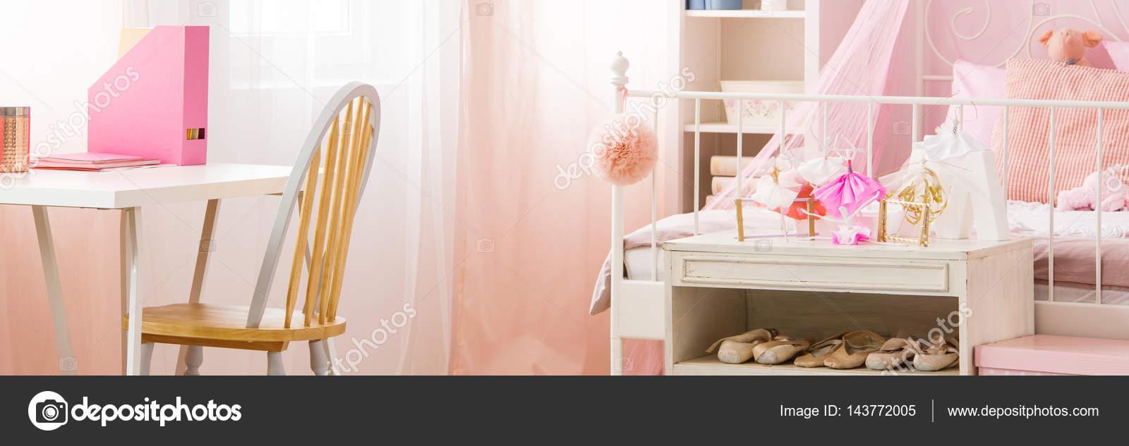 Meisje slaapkamer — Stockfoto © photographee.eu #143772005